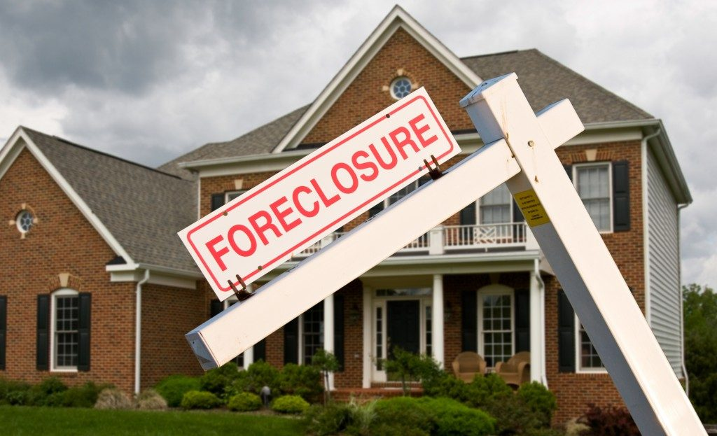 a leaning foreclosure sign